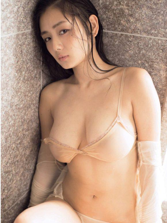 片山萌美 Gカップ! 写真集Rashin裸芯の透け乳首!大乳輪の画像21