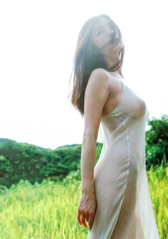 片山萌美 Gカップ! 写真集Rashin裸芯の透け乳首!大乳輪の画像2