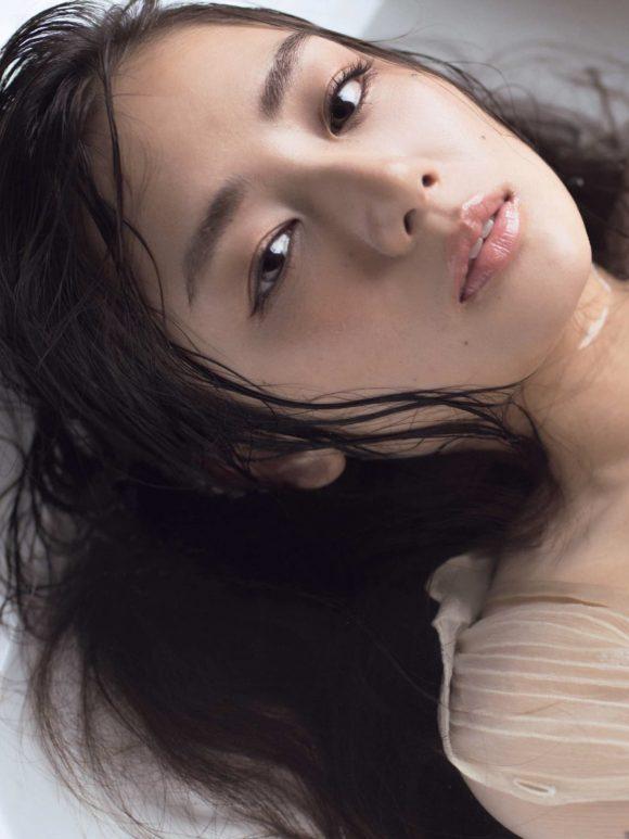 片山萌美 Gカップ! 写真集Rashin裸芯の透け乳首!大乳輪の画像19