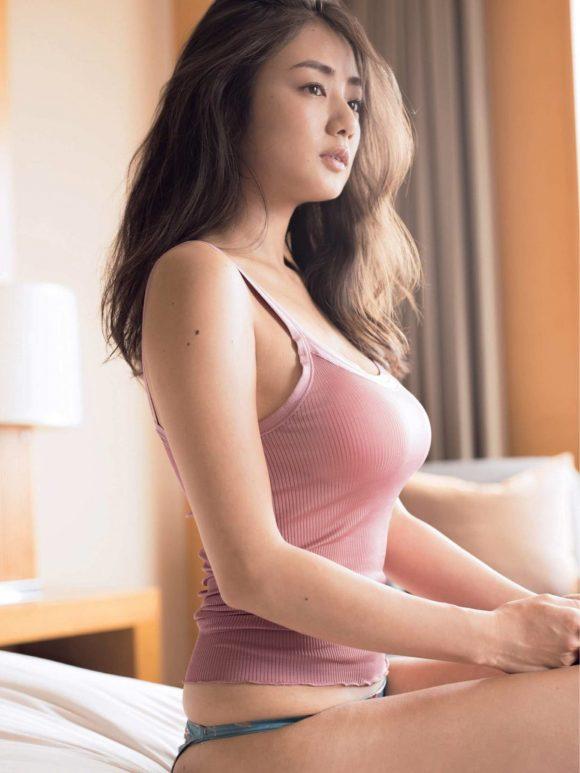 片山萌美 Gカップ! 写真集Rashin裸芯の透け乳首!大乳輪の画像16