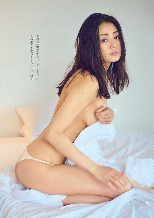 片山萌美の色っぽくてエロい離れ垂れ巨乳おっぱいのグラビア画像5