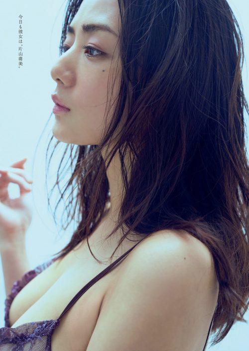 片山萌美の色っぽくてエロい離れ垂れ巨乳おっぱいのグラビア画像6
