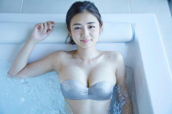 片山萌美の乳首の出た画像8