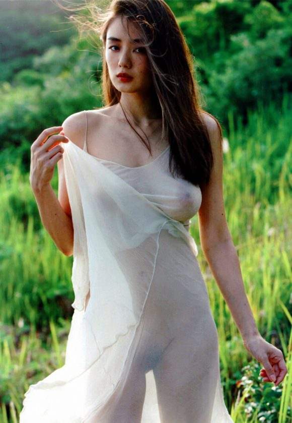 片山萌美 Gカップ! 写真集Rashin裸芯の透け乳首!大乳輪の画像1
