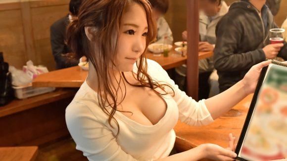 白咲ゆうり 服の上からもわかる突き出た色白美巨乳8