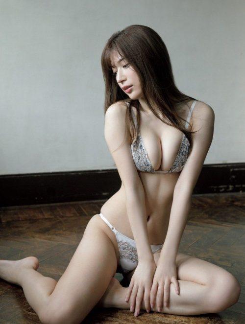 雪平莉左の巨乳おっぱいと細くくびれたウエストと大きくてボリュームのある美しいお尻のグラビア画像2